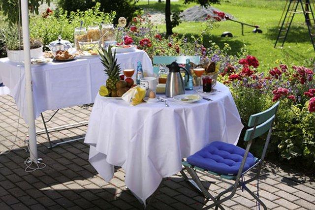 Terrasse mit Frühstücksbuffet