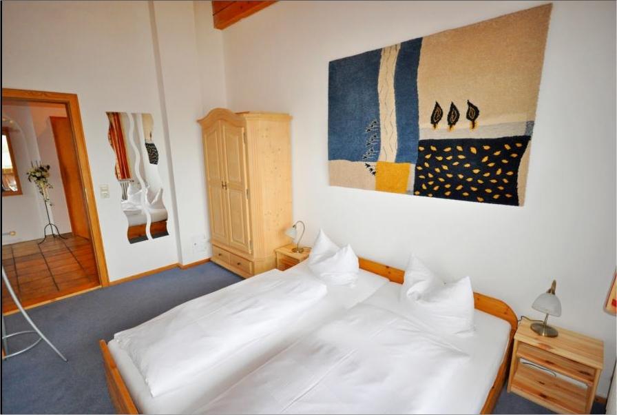 0063-05 Landhaus Wildschuetz Fewo Bergblick Schlafzimmer