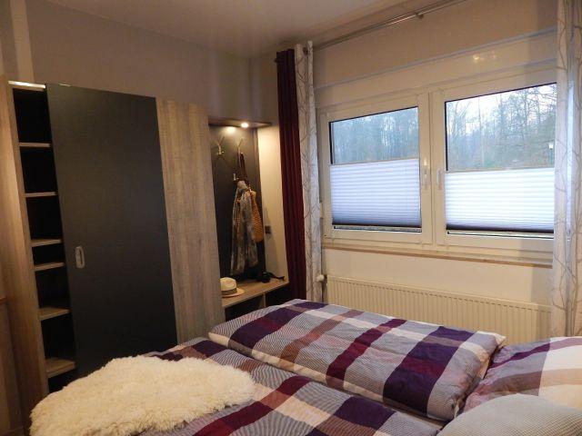 0132-10 Ferienhaus Geers Schlafzimmer mit Schrank