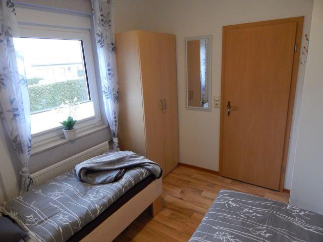 0132-12 Ferienhaus Geers Schlafzimmer 2 Schrank