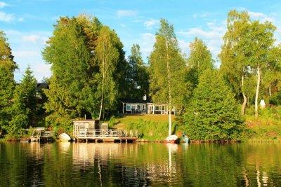 0395-01-Schwarzes-Sommerhaus-Schweden-Seeblick