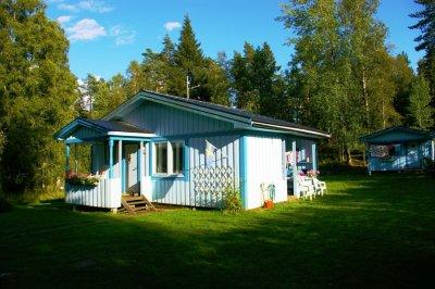 0395-02-Blaues-Sommerhaus-Schweden-Aussenansicht