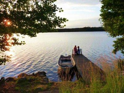 0395-11-Schwarzes-Sommerhaus-Schweden-Steg-mit-Boot