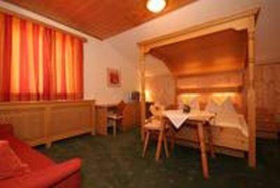 0006-04 Alpenrose Zimmer Himmelbett