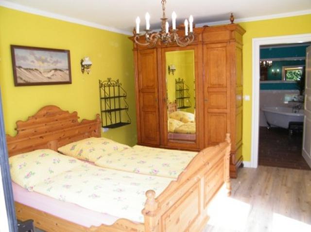 0418-08-Ferienhaus-Blinkfuer-Schlafzimmer-1