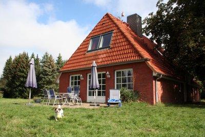 0427-01 Ferienhaus Glasau Aussenansicht mit Garten