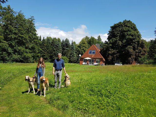 0427-05-Ferienhaus-Glasau-Aussen mit Hund