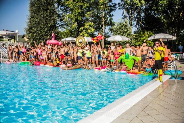 0450-17-Spiaggia-Romea-versammlung-am-pool