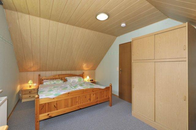 0476-06-Ferienhaus-am-See-Schlafzimmer-1