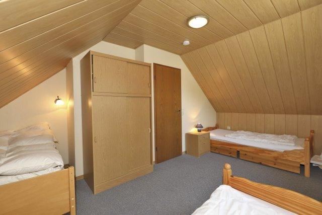 0476-07-Ferienhaus-am-See-Schlafzimmer-2