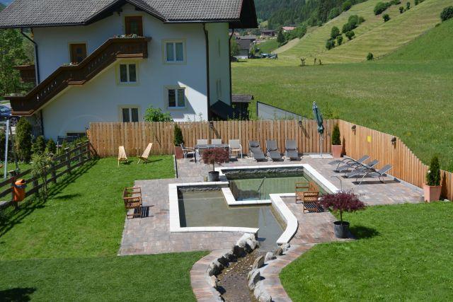 0486-03-Hundehotel-Sonja-Garten-mit-Teich