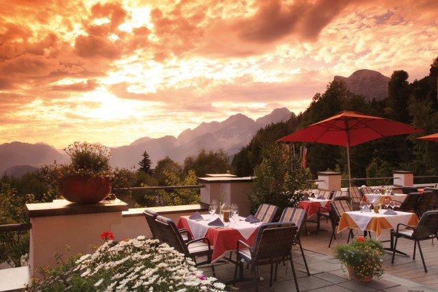 0499-03 Hotel Inntaler Hof Restaurant 9ers Abendstimmung Panoramaterrasse