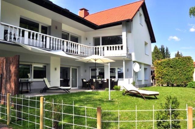 0530-01 Ferienwohnungen Solling Lounge I und II Hausansicht mit Garten