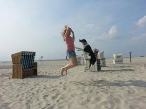 Platz 02 So Ny - Frauchen und Amy im Sprung am Strand in St. Peter Ording