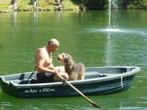 Platz 05 Irene Stender - Knut und Herrchen im Ruderboot auf einem Schlossteich in Kaernten