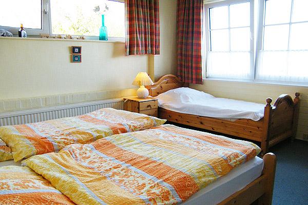 0539-08-Gaestehaus-Uthoern-Ferienwohnung-Amrum-Schlafzimmer