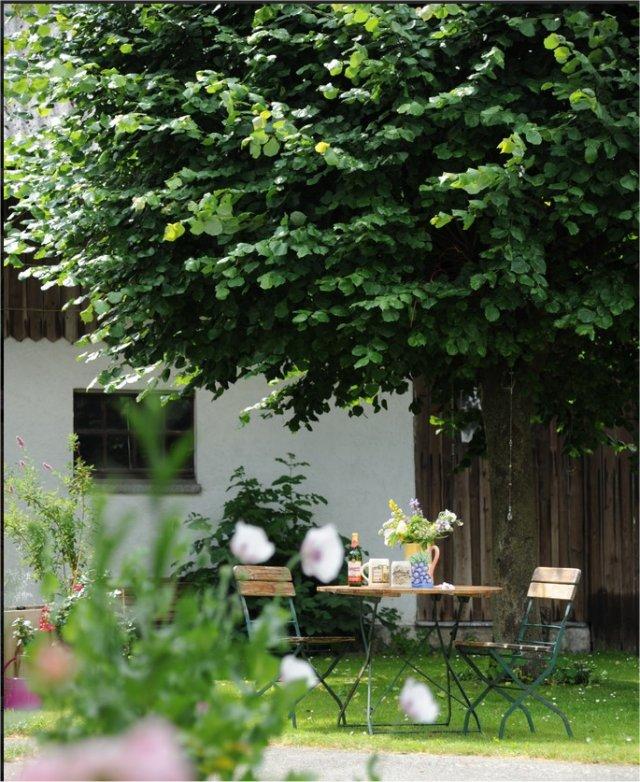 0548-02 Ferienwohnungen Gradlhof Sitzgelegeneheit im Garten