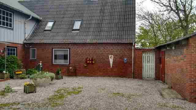 0550-13-Ferienhaus-Huus-op-land-Hofeinfahrt