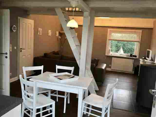 0555-06-Ferienhaus-Woodyhouse-Essecke-und-Blick-in-den-Wohnbereich-2