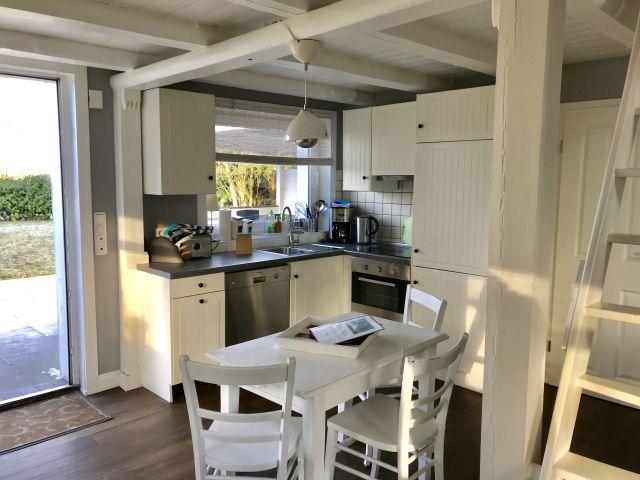 0555-07-Ferienhaus-Woodyhouse-Blick-auf-Wohnbereich-und-Kueche-1