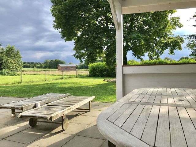 0555-12-Ferienhaus-Woodyhouse-Blick-in-den-Garten