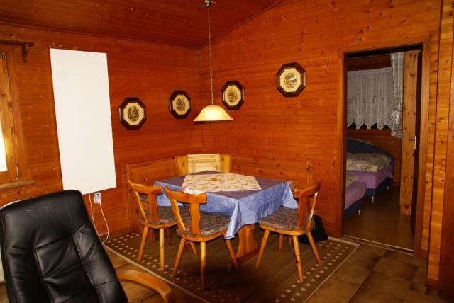 0560-06 Ferienwohnung Ulrichsgruen Blick vom Wohn-Esszimmer in ein Schlafzimmer