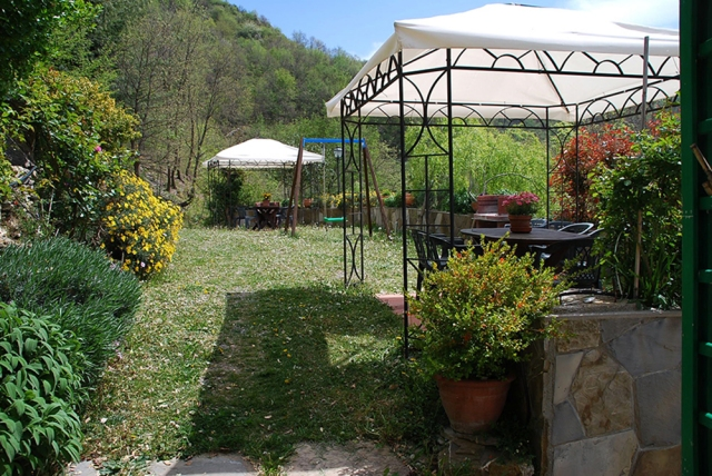 0568-04-Ferienwohnungen-Casa-Capinera-Garten-Pavillons