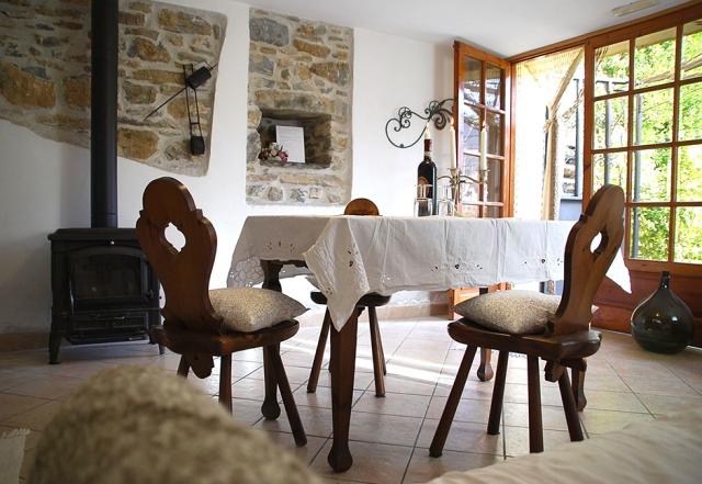 0568-09-Ferienwohnungen-Casa-Capinera-Wohn-Essraum-mit-Ofen