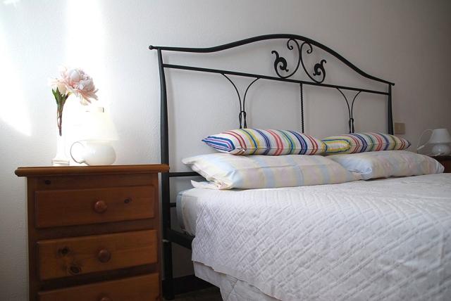 0568-10-Ferienwohnungen-Casa-Capinera-großes-Schlafzimmer