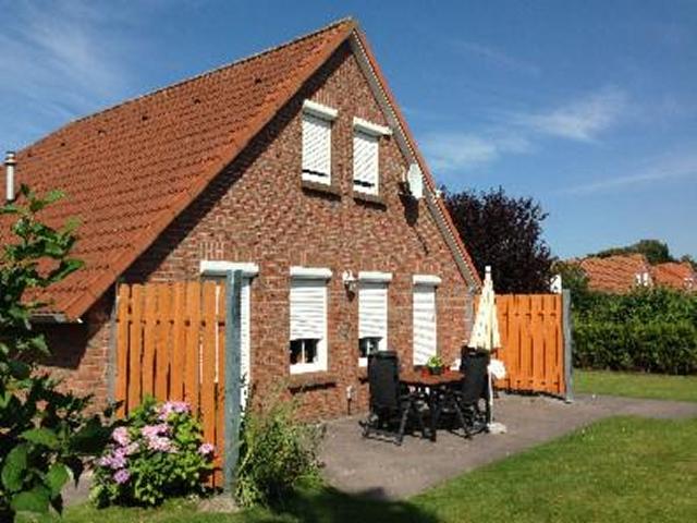 0573-01 Ferienhaus Nessmersiel Hausansicht mit Terrasse und Garten