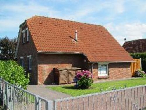 0573-02 Ferienhaus Nessmersiel Haus mit Parkplatz und Zaun