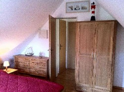 0573-10 Ferienhaus Nessmersiel Elternschlafzimmer Bild 2