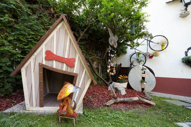 0589-05 Hotel Praterstern Hundehuette im Garten