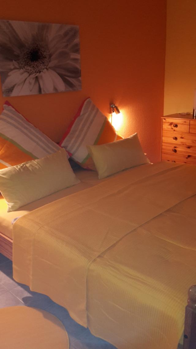 0597-10-Ferienhaus-Lochum-Schlafzimmer-mit-Doppelbett