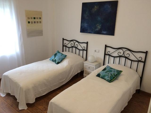 0601-12 Golf Villa Andalusien Schlafzimmer 3 mit 2 Einzelbetten Bild 2