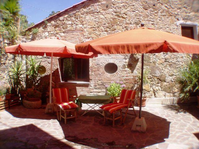 0636-02 Rustico Casa Mela sonnige Terrasse am Haus mit Sonnenliegen
