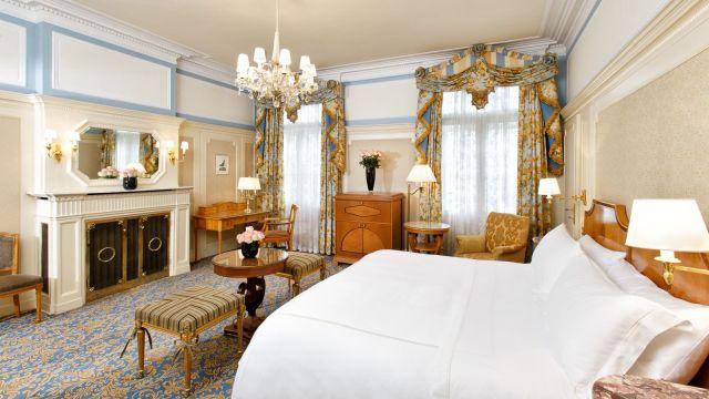 0637-03 Hotel Bristol Deluxe Zimmer