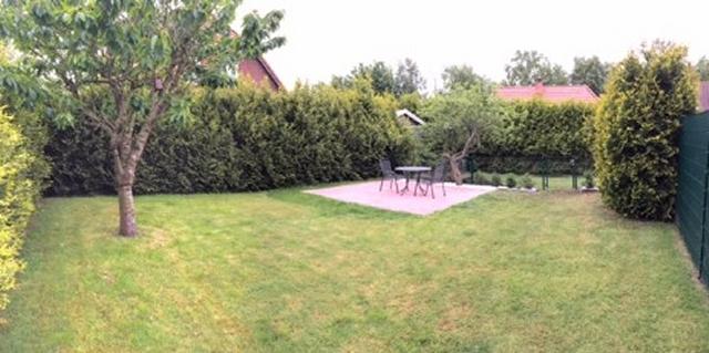 0674-04 Huus Merle eingezäunter Garten mit Grillecke