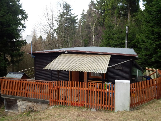 0676-01-kleine-huette-im-wald-erzgebirge-aussenansicht