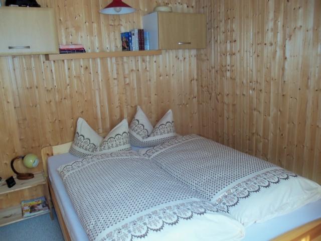 0676-11-kleine-huette-im-wald-erzgebirge-schlafzimmer