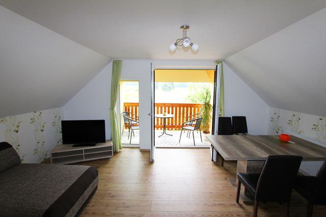 0690-09 Feriengut Sewekow Ferienwohnung Wohn-Esszimmer mit Balkon