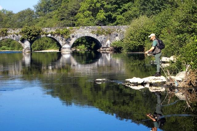 0397-06-Hotel-the-Dunloe-Fishing-by-Bridge