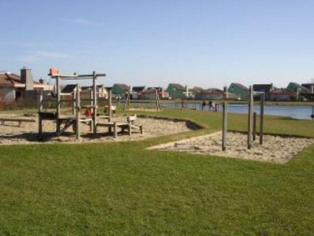 0773-11 Ferienhaus Strandperle Spielplatz im Park