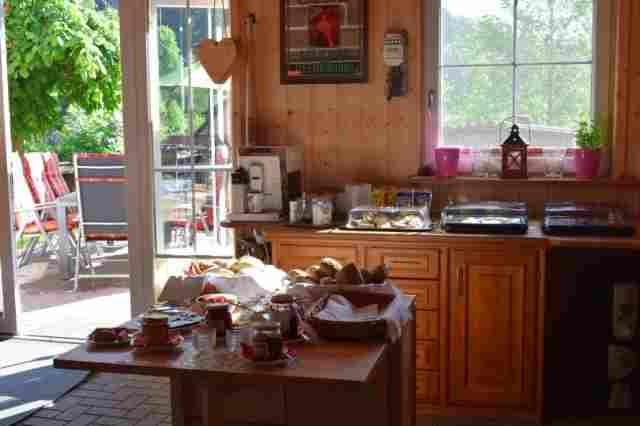 0796-16 Ferienwohnung Waldblick Fruehstuecksbuffet