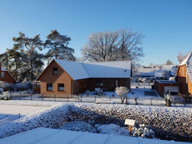0879-02 Haus Maria aussen Winter