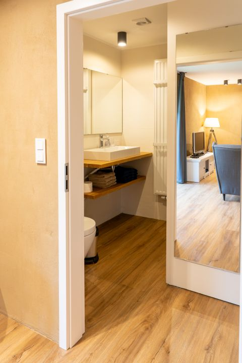 0897-09 WaldundWiese Huegel Badezimmer