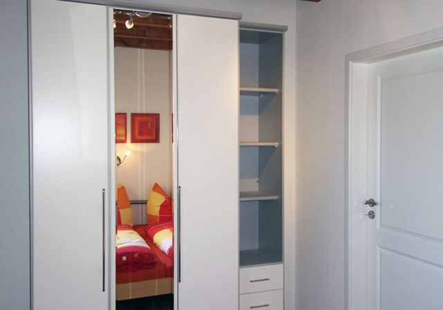 0898-10 FeWos Nagel Schlafzimmer rot 2